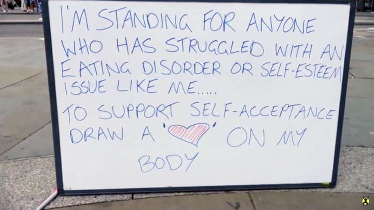 Junge Frau stellt sich halbnackt in London für mehr Selbstakzeptanz