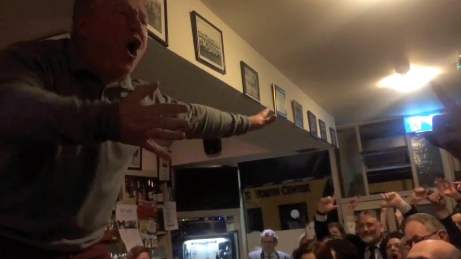 """Irischer Pub singt """"Mr. Brightside"""" zu Ehren ihres verstorbenen Freundes"""